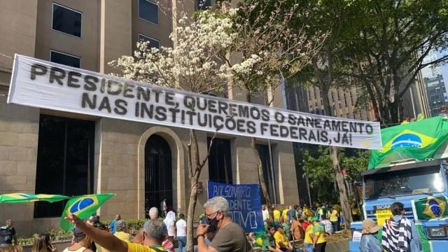 Faixa contra as instituições em ato de apoio a Bolsonaro — Foto: TV Globo