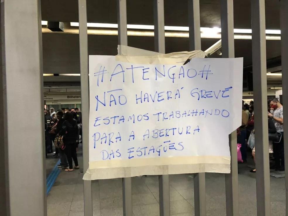 Cartaz colocado na porta da estação Itaquera do Metrô na manhã de 28 de julho — Foto: Guilherme Pimentel/TV Globo