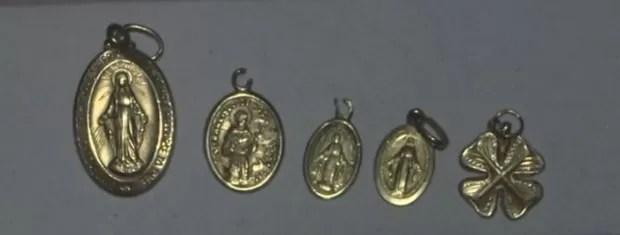 Medalhinhas foram encontrados por um pedreiro (Foto: Reprodução/TV Tribuna)