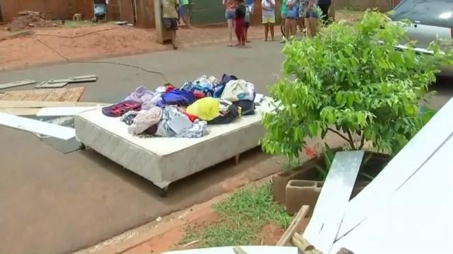 Moradores que tiveram casas destelhadas colocaram móveis na rua para sercar em Palmeira D'Oeste — Foto: Reprodução/TV TEM