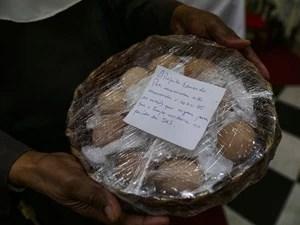 Cesta de ovos que foi colocada, a pedido do Papa, aos pés da imagem de Santa Clara (Foto: Prefeitura do Rio/Divulgação)