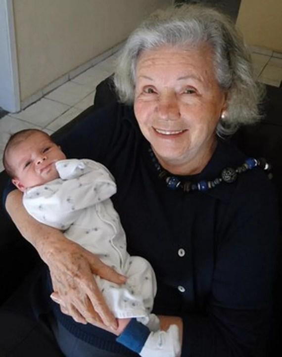 Eloísa Mafalda aos 90 anos com o bisneto Miguel (Foto: Ego)