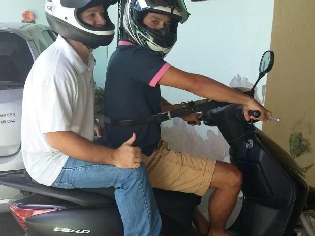 Motociclista é multado por 'conduzir sem cinto de segurança' em Fortaleza (Foto: Arquivo pessoal)