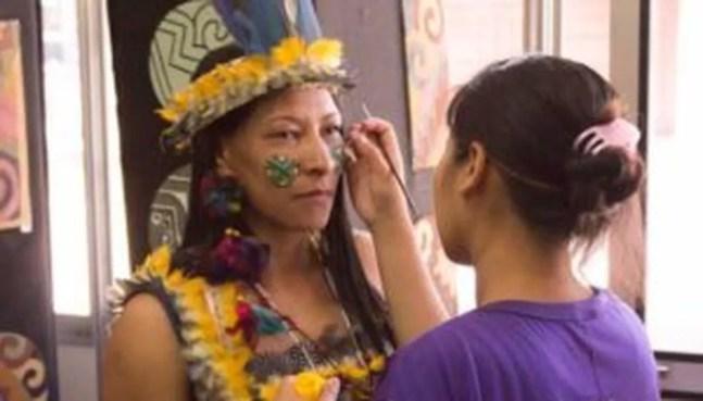 Indígenas da etnia Atikum, naTenda dos Saberes Indígenas, durante o Festival de Inverno de Bonito de 2016. — Foto: Divulgação