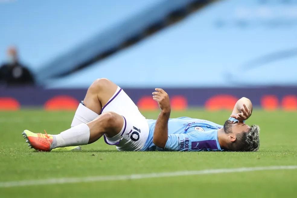 Agüero se lesionou em jogo contra o Burnley, no dia 22 de junho — Foto: Getty Images