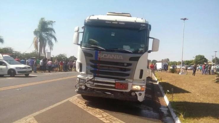 Veículo foi atingido por caminhão (Foto: Votuporanga Tudo)