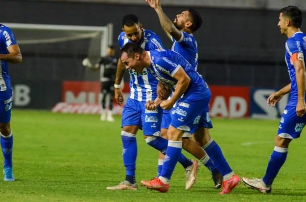 Renato Cajá comemora o gol contra o Brusque — Foto: Augusto Oliveira/CSA