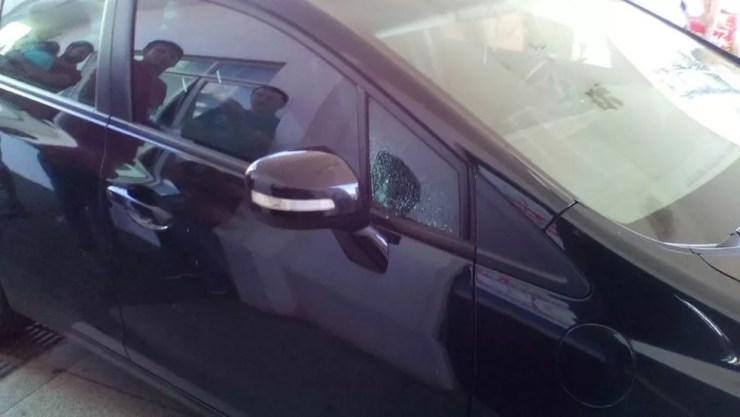 Marca do tiro no carro do empresário (Foto: Ednaldo Gonçalves )