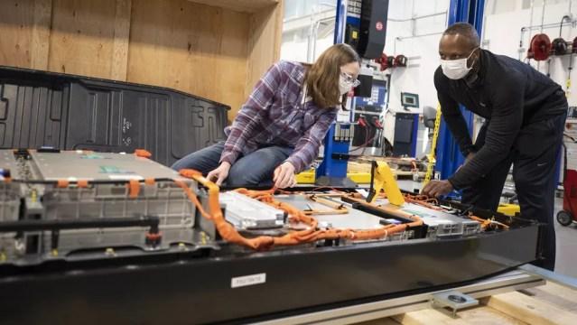 As baterias de alta tensão de híbridos e elétricos exigem equipamentos e treinamento específico para o desmonte — Foto: Divulgação