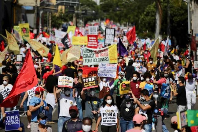 Manifestantes contra Bolsonaro vão às ruas em Goiânia neste sábado (19) — Foto: Diego Vara/Reuters