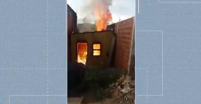 Casa pegou fogo no sul da BA e homem ficou ferido — Foto: Reprodução/TV Bahia