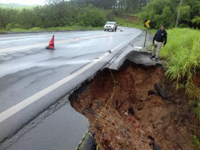 Acostamento na BR-101 desmoronou por conta do mal tempo — Foto: Divulgação/PRF