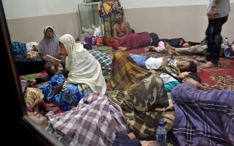 Desabrigados ou desalojados ocupam uma mesquita no distrito de Pandeglang — Foto: Muhammad Bagus Khoirunas / Antara Foto / via Reuters