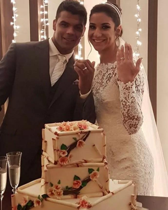 Luciano e Joanna mostram as alianças depois da cerimônia (Foto: Reprodução/Instagram)