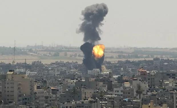 Fumaça e chamas são vistas após ataque contra a cidade de Gaza nesta quarta-feirA (16) (Foto: Ahmed Zakot/Reuters)