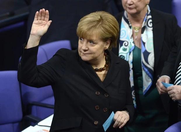 Angela Merkel acena nesta terça-feira (17) no Bundestag ao ser reeleita (Foto: AFP)