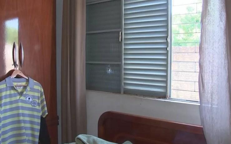 Tiro acertou janela próxima a cabeceira da cama (Foto: Reprodução/TV TEM)