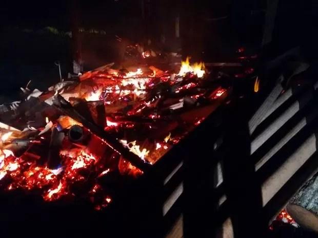 Incêndio foi na madrugada desta segunda (22) (Foto: Sandro Devens/Atual FM)
