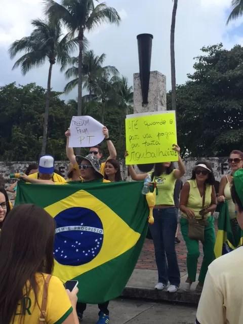 Manifestantes reúnem-se em Miami em protesto contra o governo, neste domingo (15) (Foto: Carolina Camargo/G1)