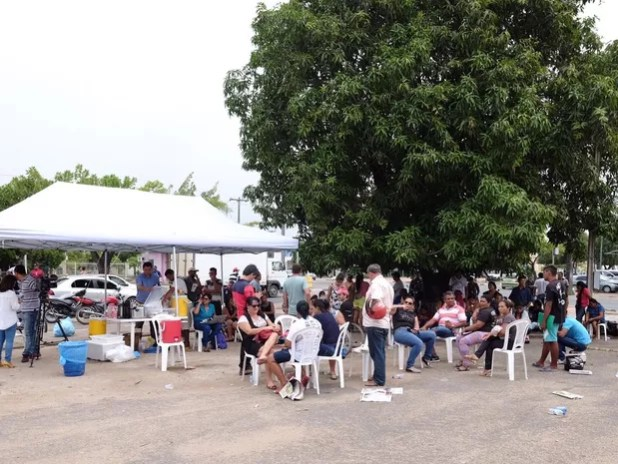 Famílias aguardam neste sábado (7) em frente ao IML a identificação e liberação dos corpos dos detentos mortos na Penitenciária de Monte Cristo (Foto: Inaê Brandão/G1)