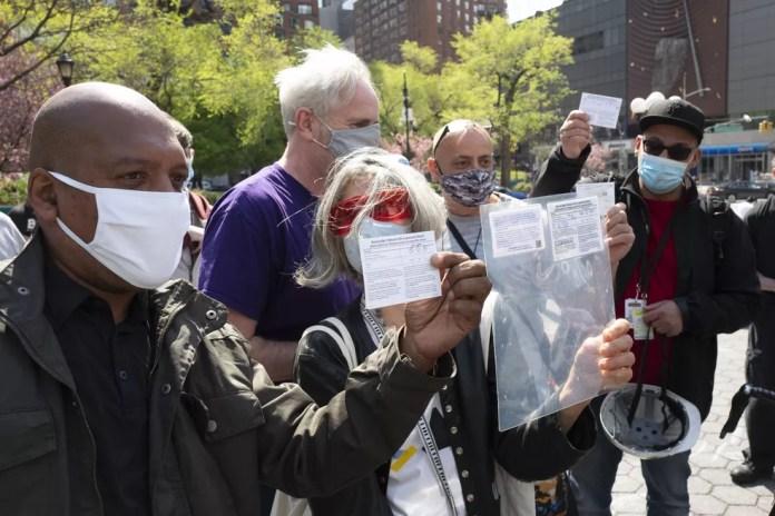 Pessoas mostram seus cartões de vacinação contra a Covid-19 para receber um baseado de maconha em troca em Nova York, nos Estados Unidos, em 20 de abril de 2021 — Foto: Mark Lennihan/AP