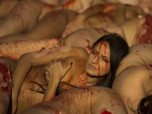 Os manifestantes fizeram maquiagem pelo corpo, simulando a retirada de parte da pele.  (Foto: Pierre-Philippe Marcou/AFP)