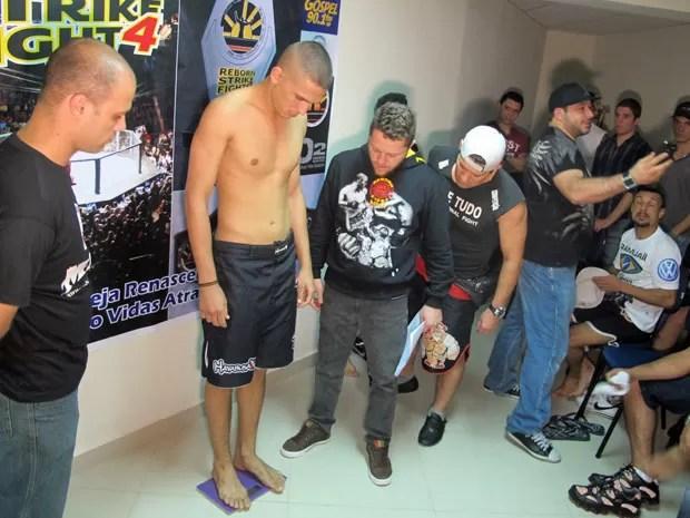 Lutador amador de MMA participa de sessão de pesagem em templo da Renascer na Zona Leste de São Paulo (Foto: Marcelo Mora/G1)
