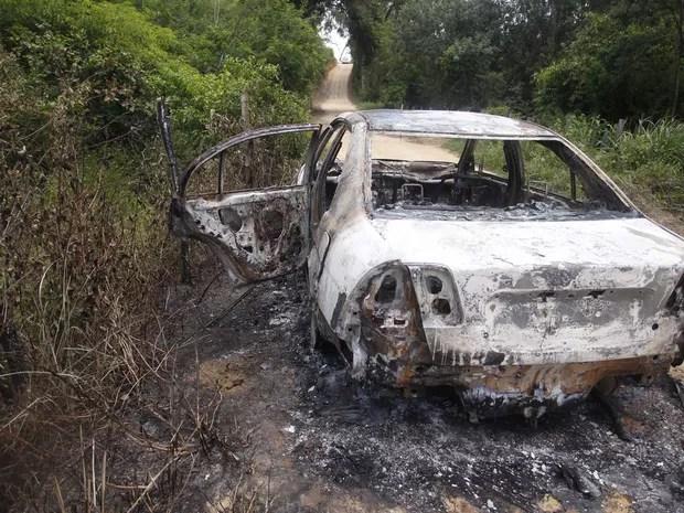 Carcaça do carro incendiado onde foi encontrado o corpo da cantora Loalwa Braz Vieira, em Saquarema (RJ). O veículo foi encontrado na Estrada da Barreira, no distrito de Bacaxá (Foto: Antonio Carlos/Futura Press/Estadão Conteúdo)