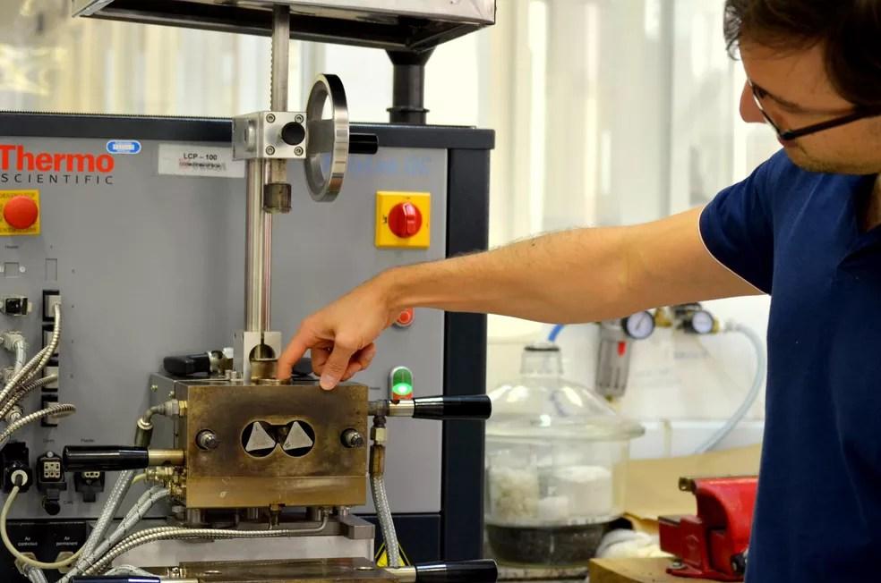 Pesquisador explica sobre processo de fabricação e máquinas usadas para criar material (Foto: Thayná Cunha/G1)