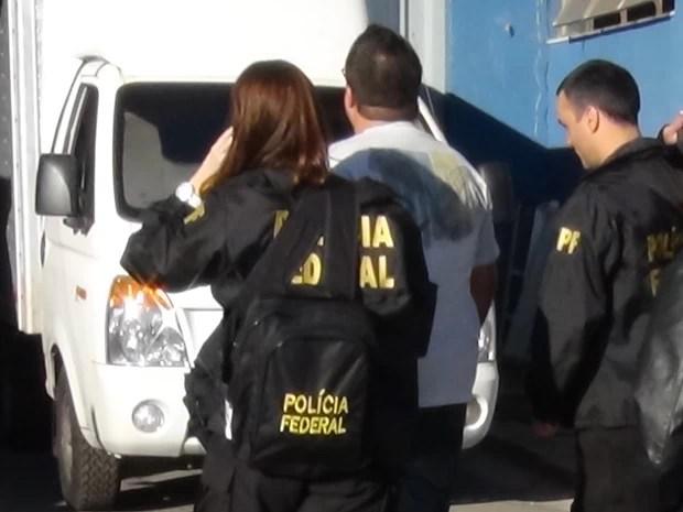 """Homem é levado por policiais federais durante operação """"esopo"""" em Minas Gerais (Foto: Divulgação / Polícia Federal)"""