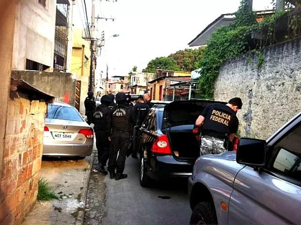 Polciais prenderam um homem no bairro Colônia Oliveira Machado  (Foto: Adneison Severiano/ G1 AM)
