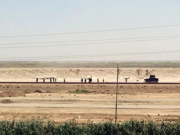 Fotografia da Associated Press mostra tropas iraquianas se retirando de Ramadi, capital da província de Anbar, a 115 km de Bagdá. (Foto: AP)