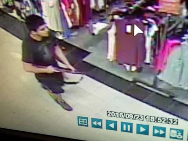 Imagem tirada de vídeo de segurança do atirador que abriu fogo no Cascade Mall, em Burlington (Foto: Handout via REUTERS)