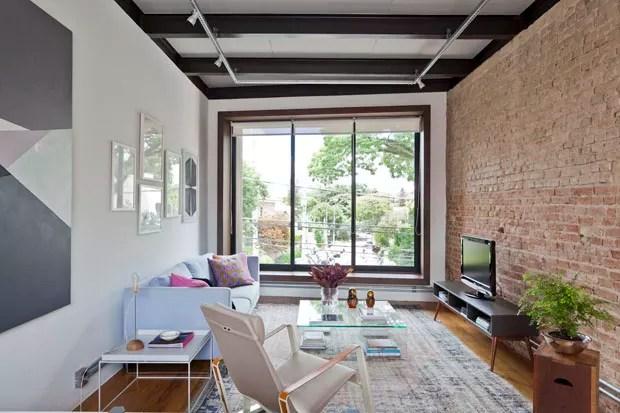 Casa pequena de jovem solteira ganha fluidez e luz natural