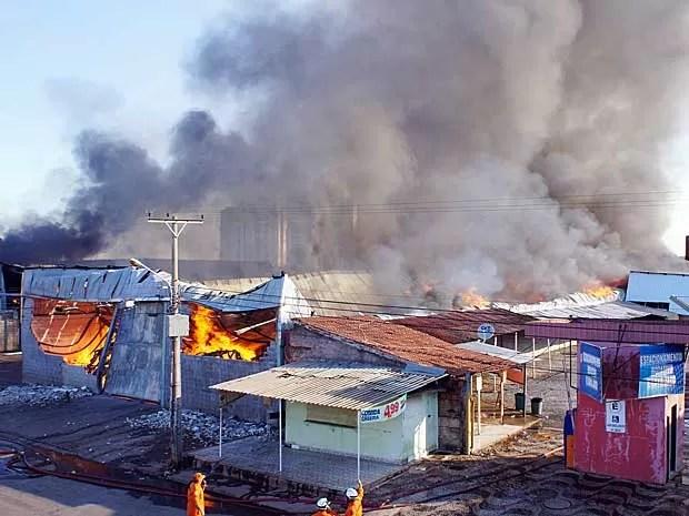 Depósito incendiado em Taguatinga (Foto: Ricardo Moreira/G1)