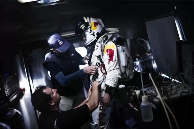 Baumgartner coloca seu traje especial para as condições do salto (Foto: Divulgação)