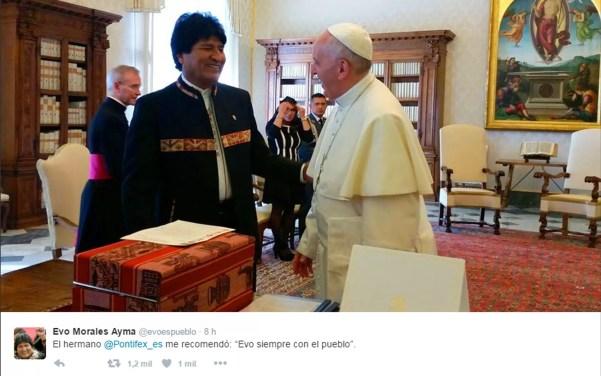 Primeiro post de Evo Morales no Twitter foi uma foto com o Papa Francisco (Foto: Reprodução/Twitter/Evo Morales Ayma)