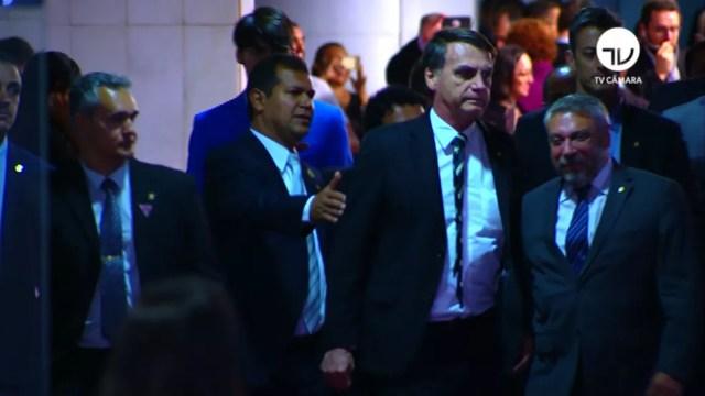 O presidente eleito, Jair Bolsonaro, chegou ao Congresso acompanhado por escolta policial — Foto: Reprodução/TV Câmara
