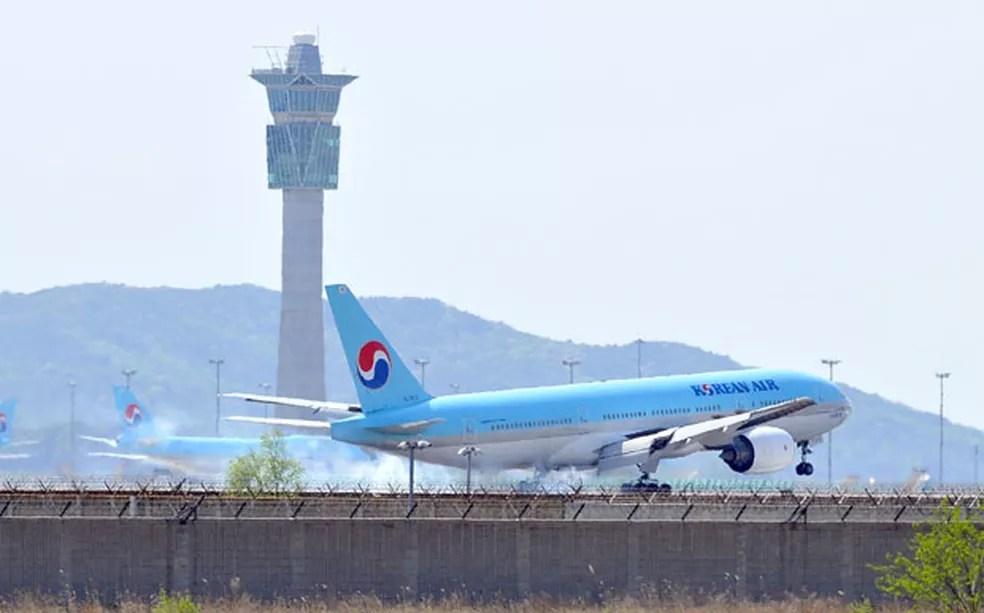 Avião da empresa sul-coreana Korean Air pousa nesta quarta-feira (2) no aeroporto internacional de Incheon — Foto: AFP