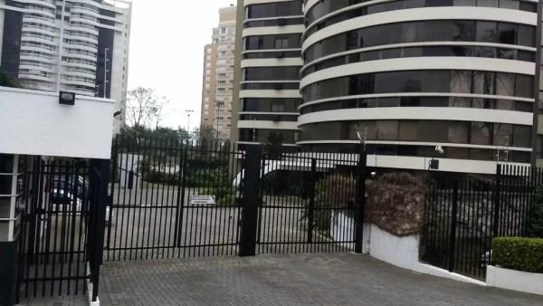 Beto Richa e Fernanda Richa foram presos pelo Gaeco no prédio onde moram, em Curitiba (Foto: Tarcisio Silveira/RPC)