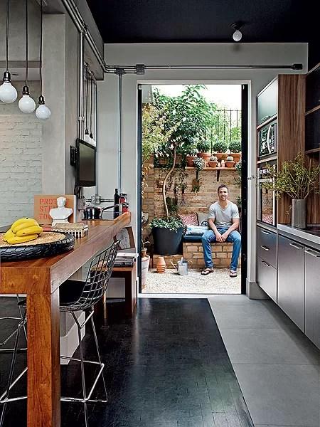 Não são muitos, mas alguns apartamentos têm um pequeno jardim. O gerente de marketing Gustavo Morcelli encontrou um e chamou a paisagista Claudia Muñoz para criar um local cheio de vasos e até com churrasqueira (Foto: Lufe Gomes/Casa e Jardim)