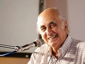 O jornalista e escritor Zuenir Ventura rindo no microfone