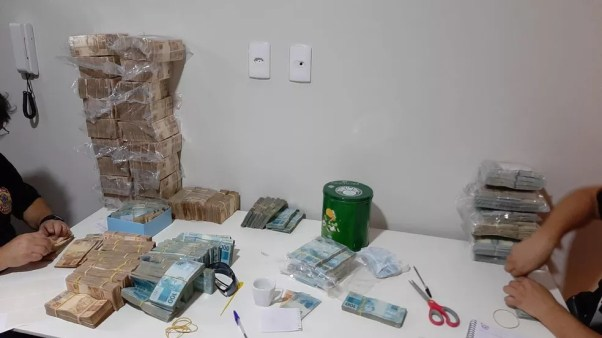 Mais de R$ 2 milhões foram apreendidos em Santos, litoral de SP, nesta manhã — Foto: Polícia Federal/Divulgação