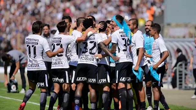 Jogadores comemoram gol em Curitiba