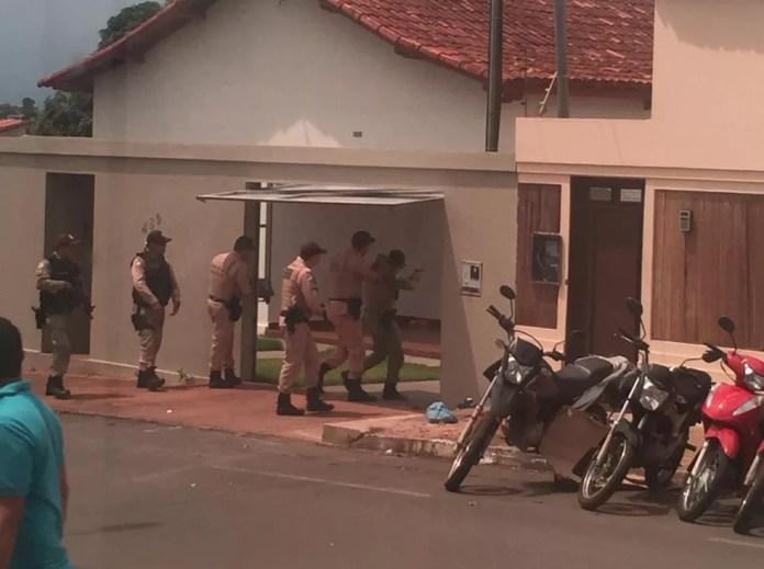 Policiais militares entraram na casa para deter médico — Foto: Divulgação