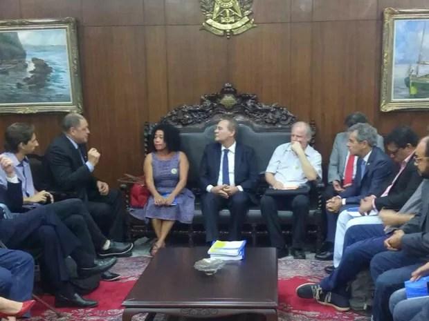 Renan Calheiros se reuniu com representantes dos sem-terra e da CUT (Foto: Wesley Araruna/TV Globo)