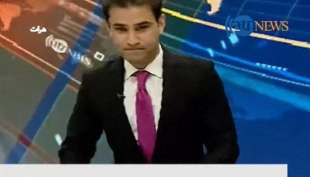 Apresentador da TV Ariana, de Cabul, no Afeganistão, teve de deixar apresentação ao vivo (Foto: BBC)
