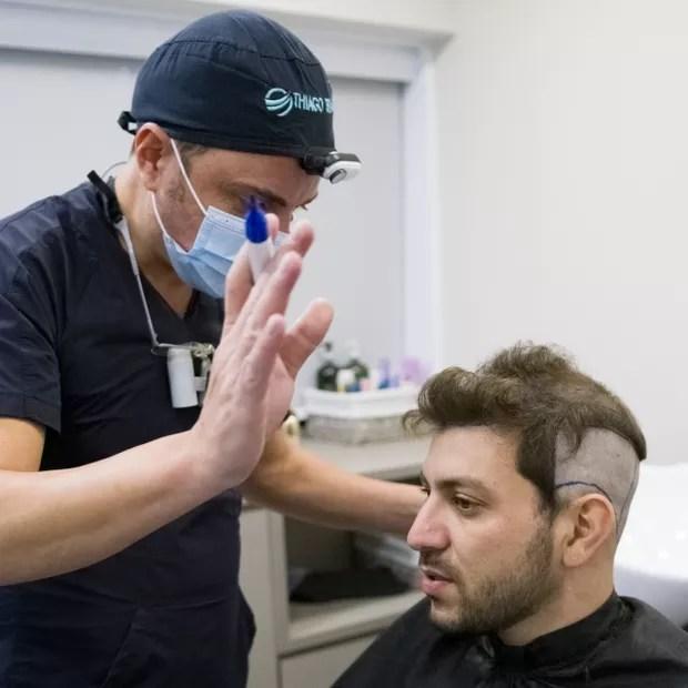 Ex-BBB Caio Afiune faz transplante capilar com médico dos famosos - Quem    QUEM News