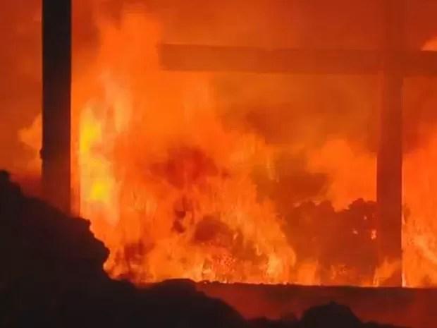Incêndio atinge fábrica de revestimento em Santa Bárbara d'Oeste (Foto: Vaner Santos/EPTV)