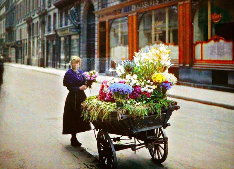 Vendedora de flores em Paris, França. Foto de 1914 (FOTO: REPRODUÇÃO)